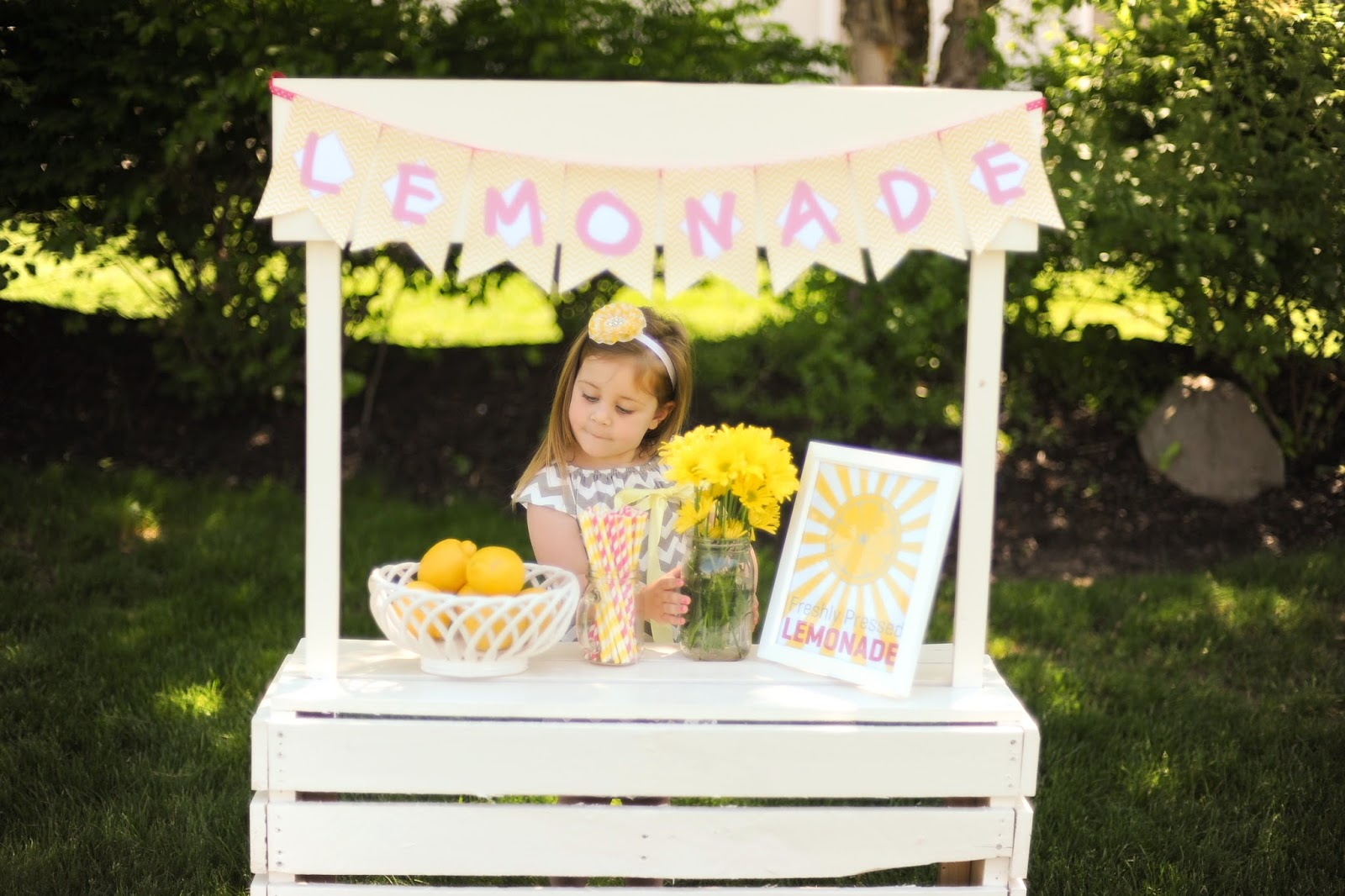 Sweetly feature sweet lemonade stand ideas sweetly chic for Stand ideas