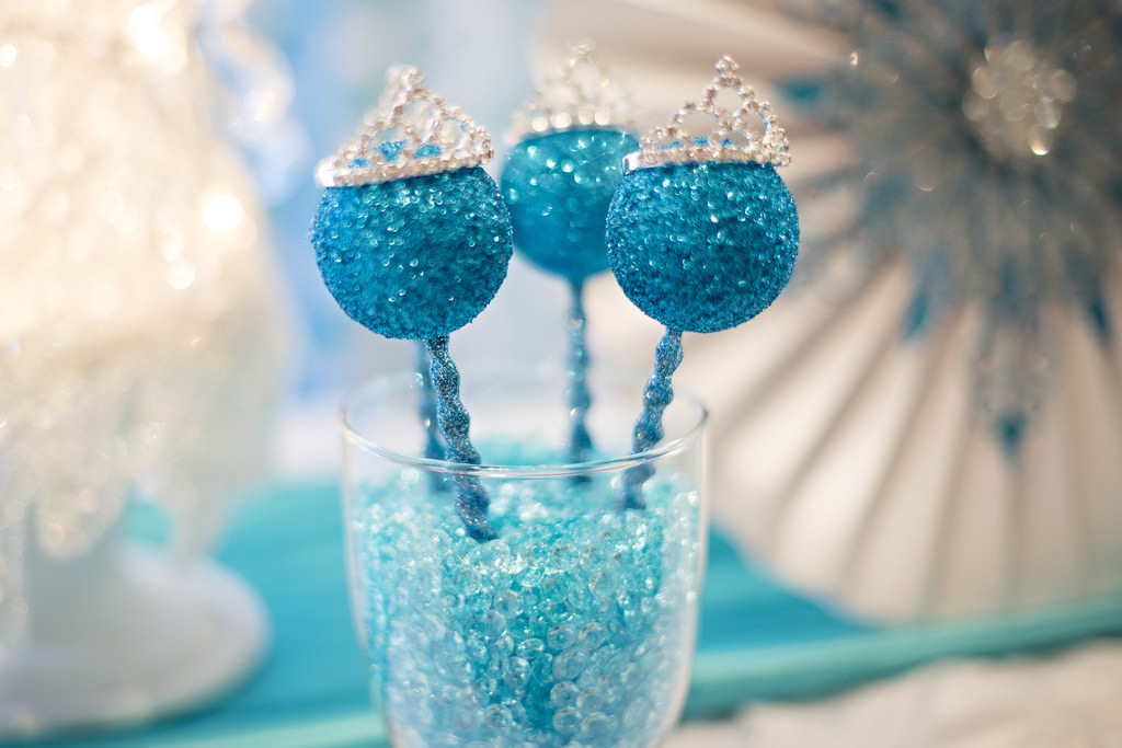 Images Of Frozen Cake Pops : Sweetly Feature: Elegant Frozen Party! Sweetly Chic ...