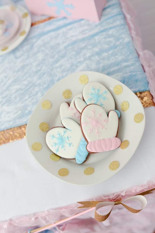 pink and blue mitten cookies