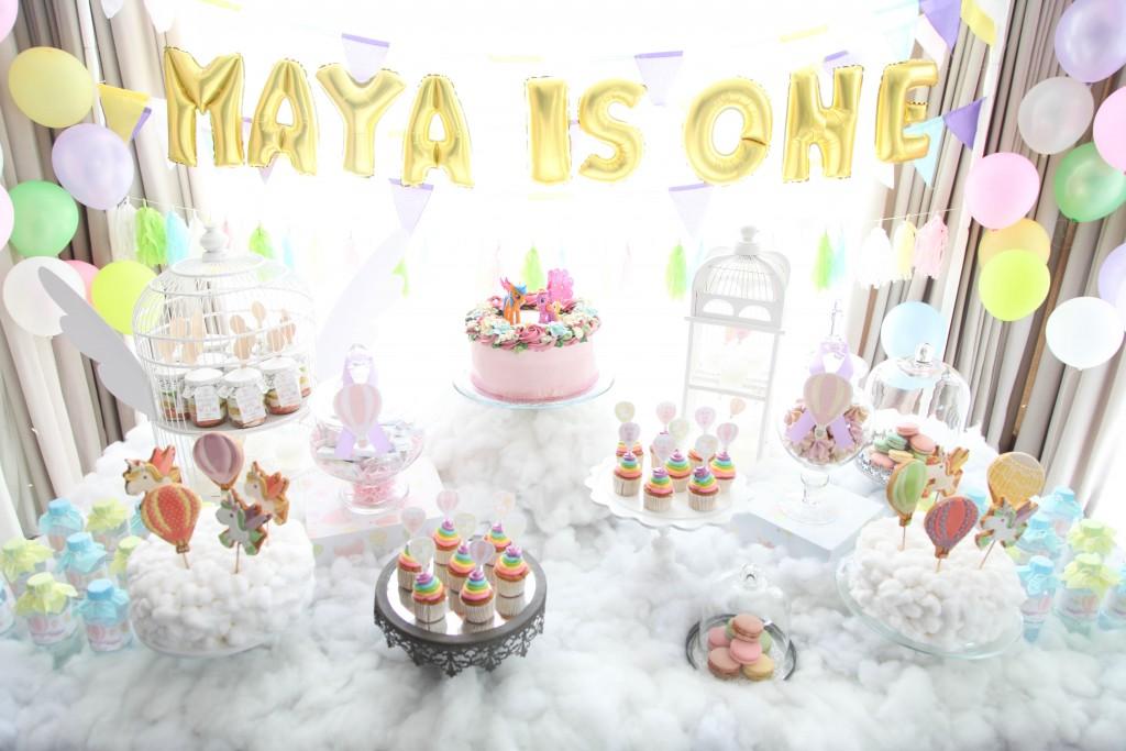 hot air balloon, rainbow unicorn first birthday party table